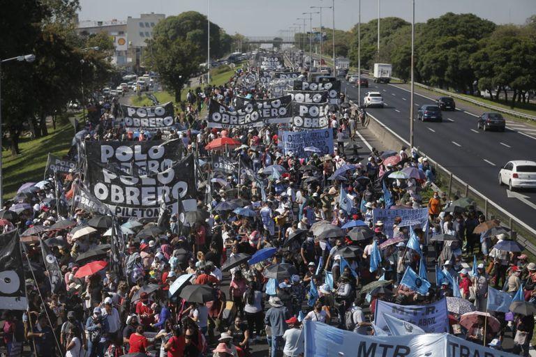 Protesta. Piqueteros exigen al Gobierno un aguinaldo para el Potenciar Trabajo