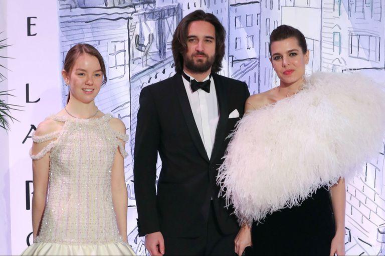 Alexandra de Hannover, Dimitri Rassam y Charlotte Casiraghi posaron juntos