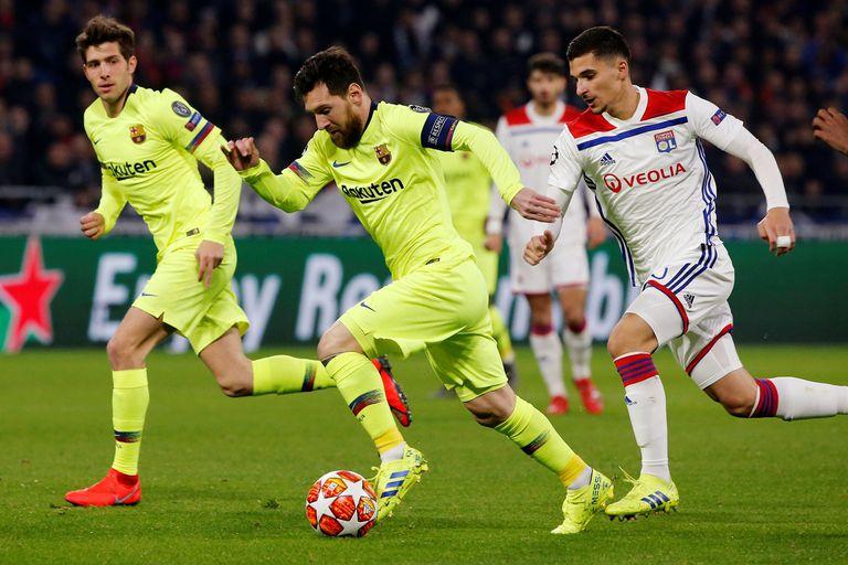 Messi y la pelota, en el partido entre Barcelona y Lyon, en Francia.