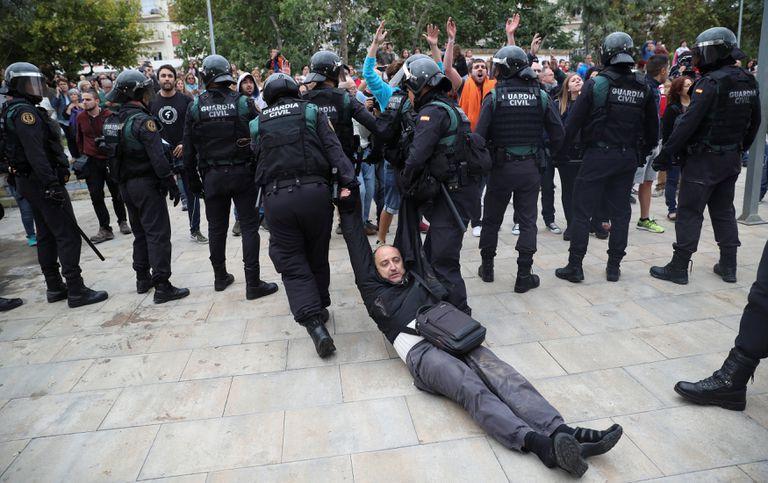 La policía arrastra a los manifestantes que se openan a ellos