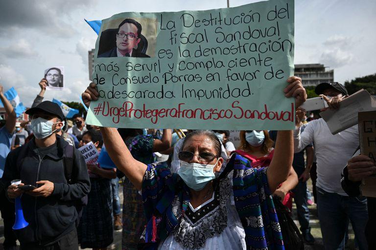 Una destitución, una confesión y huidas del país desatan protestas contra la corrupción en Guatemala