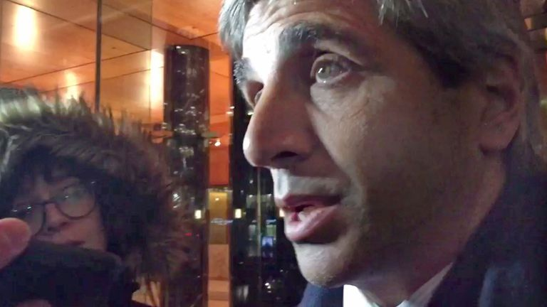 Luis Caputo a la salida de la reunión con el mediador Daniel Pollack