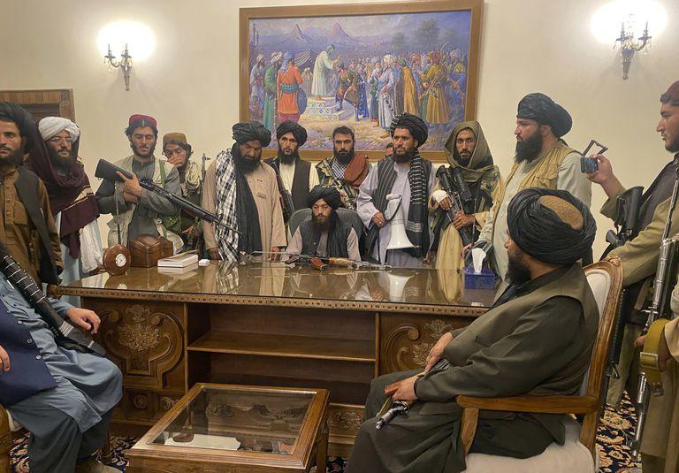 """Los talibanes pidieron a los afganos abstenerse de sacar """"dólares y antigüedades"""" del país"""