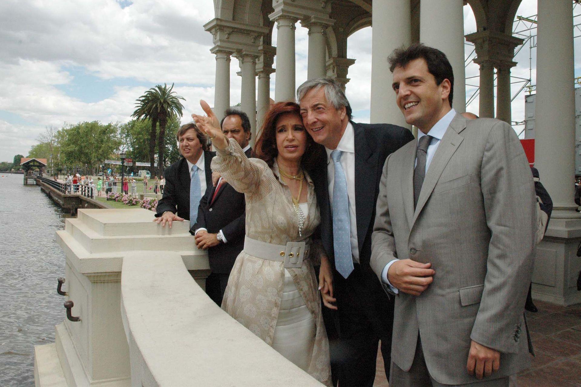 En 2007, Néstor Kirchner junto a Cristina Kirchner en el acto de asunción de Sergio Massa como intendente de Tigre