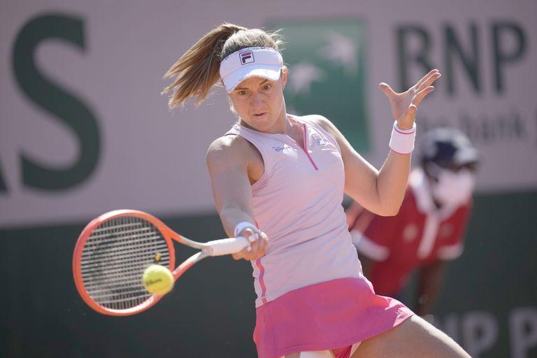 La argentina Nadia Podoroska frente a la suiza Belinda Bencic en la primera ronda de Roland Garros en París, Francia.