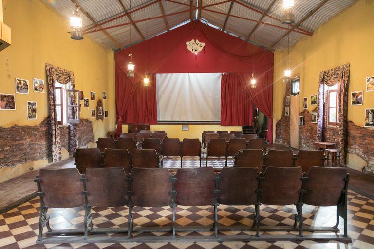Dos vecinos recuperaron un cine rural que es único en la provincia de Buenos Aires