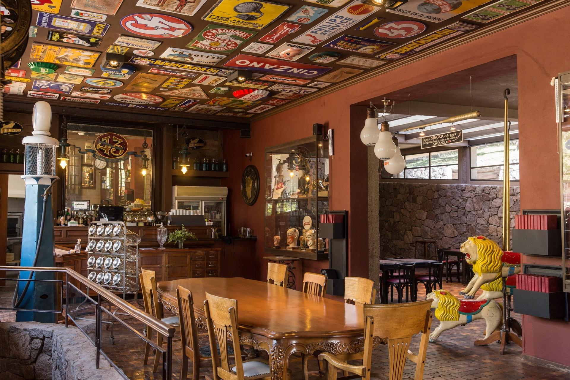 La colección de publicidad córporea (la que no es plana ni gráfica) de Eduardo Argüello es una de las más importantes del país: tiene más de 3000 piezas.