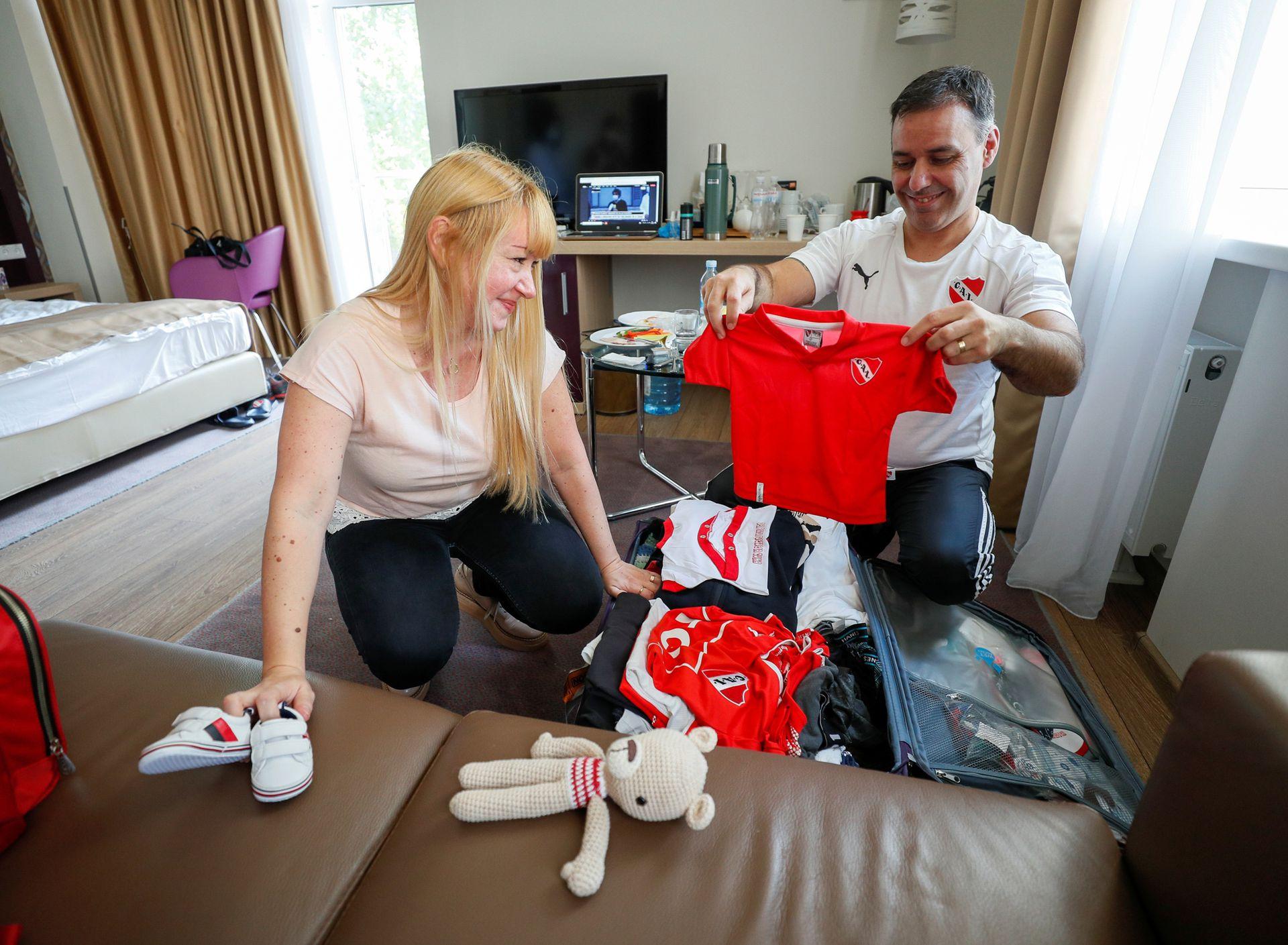José Pérez y Flavia Lavorino de Buenos Aires empacan la ropa de bebé antes de conocer a su hijo Manuel por primera vez