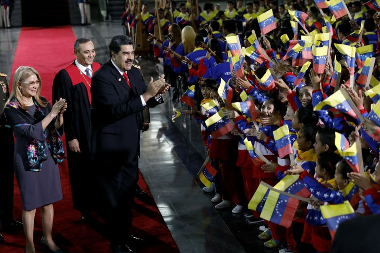 Maduro, junto a su mujer, Cilia Flores, saludó a un grupo de estudiantes durante la ceremonia de ayer en Caracas
