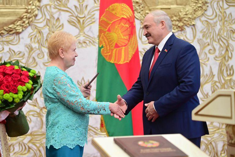 Lukashenko le da la mano a la jefa de la Comisión Electoral Central, Lidia Yermoshina