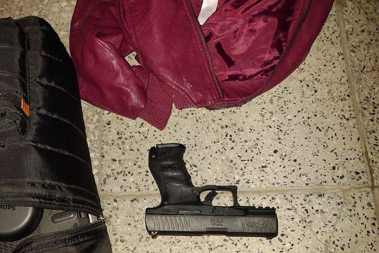 Entre las pertenencias que portaba el delincuente abatido estaba la pistola reglamentaria de un policía asesinado