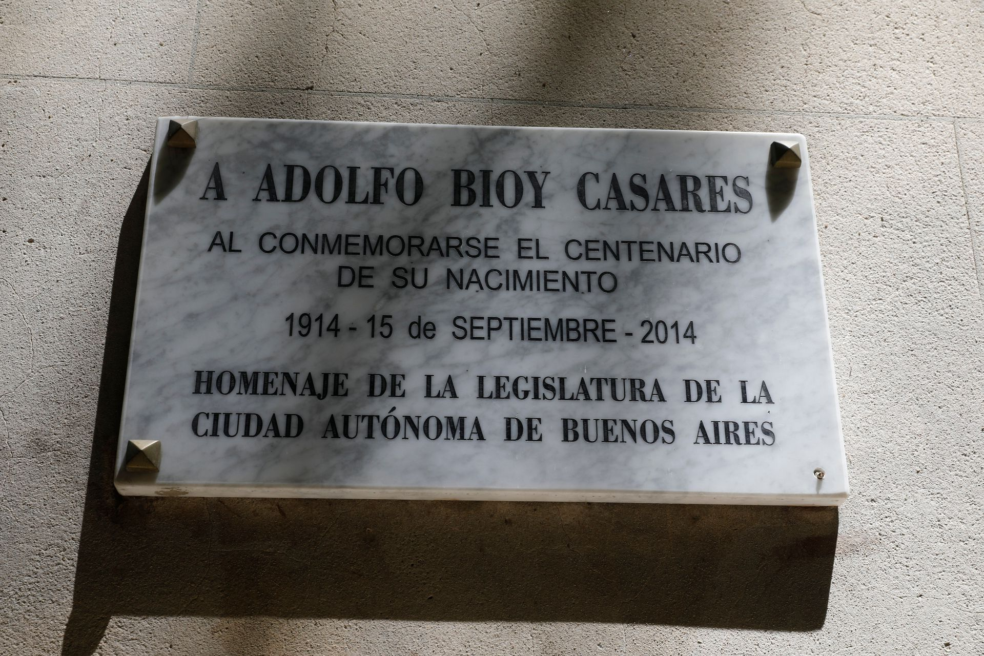 Placa recordatoria en el frente del edificio de Barrio Norte