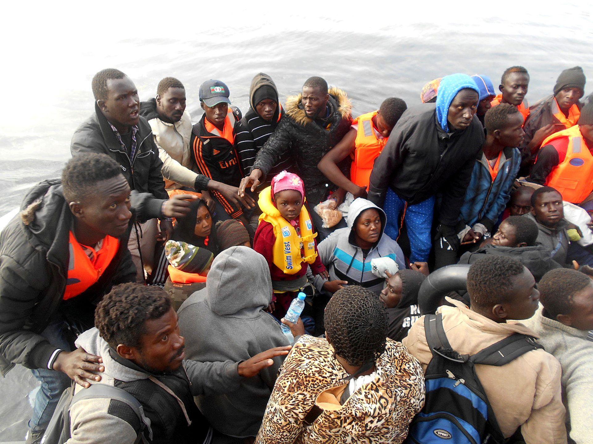 Migrantes arriban al puerto de Alborán en España