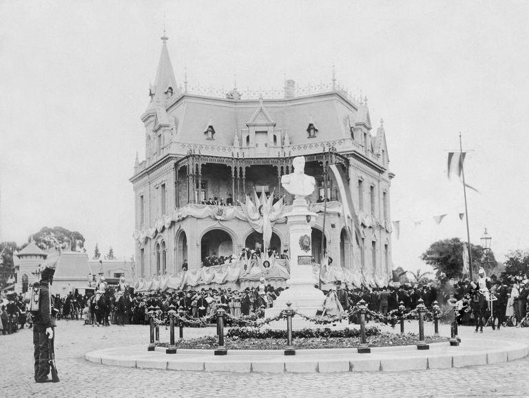 El día de la inauguración del monumento, hace 120 años. Detrás de la obra, la casa de la familia San María, donante de la escultura.