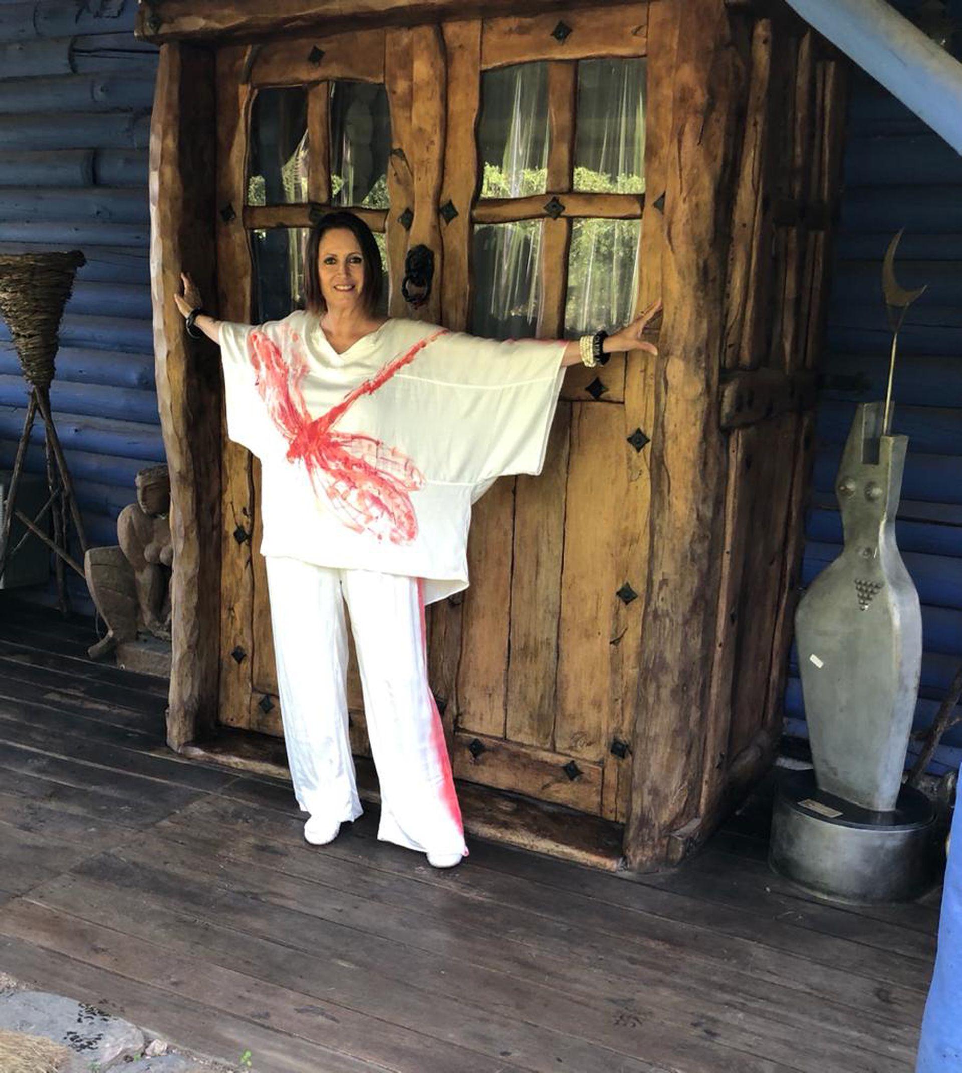 Silvana Suárez, dedicada a la pintura en su casa cordobesa rodeada de sierras