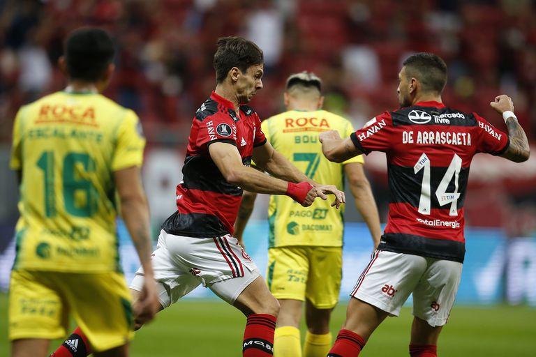 El uruguayo Giorgian De Arrascaeta se une a Rodrigo Caio, que inicia la carrera del festejo de su gol, el primero de Flamengo sobre Defensa y Justicia