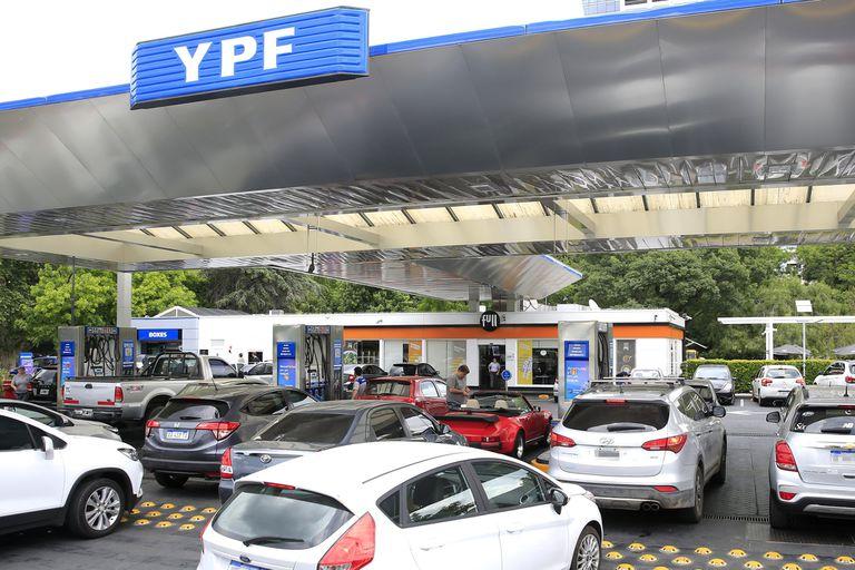 En las estaciones de servicio no bajaron los valores; las empresas refinadoras y los productores ya anticipan una negociación tensa por el costo del barril de petróleo