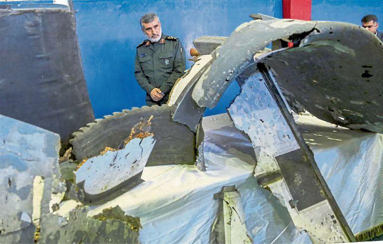 Los presuntos restos del dron abatido, ayer, a la vista en Teherán