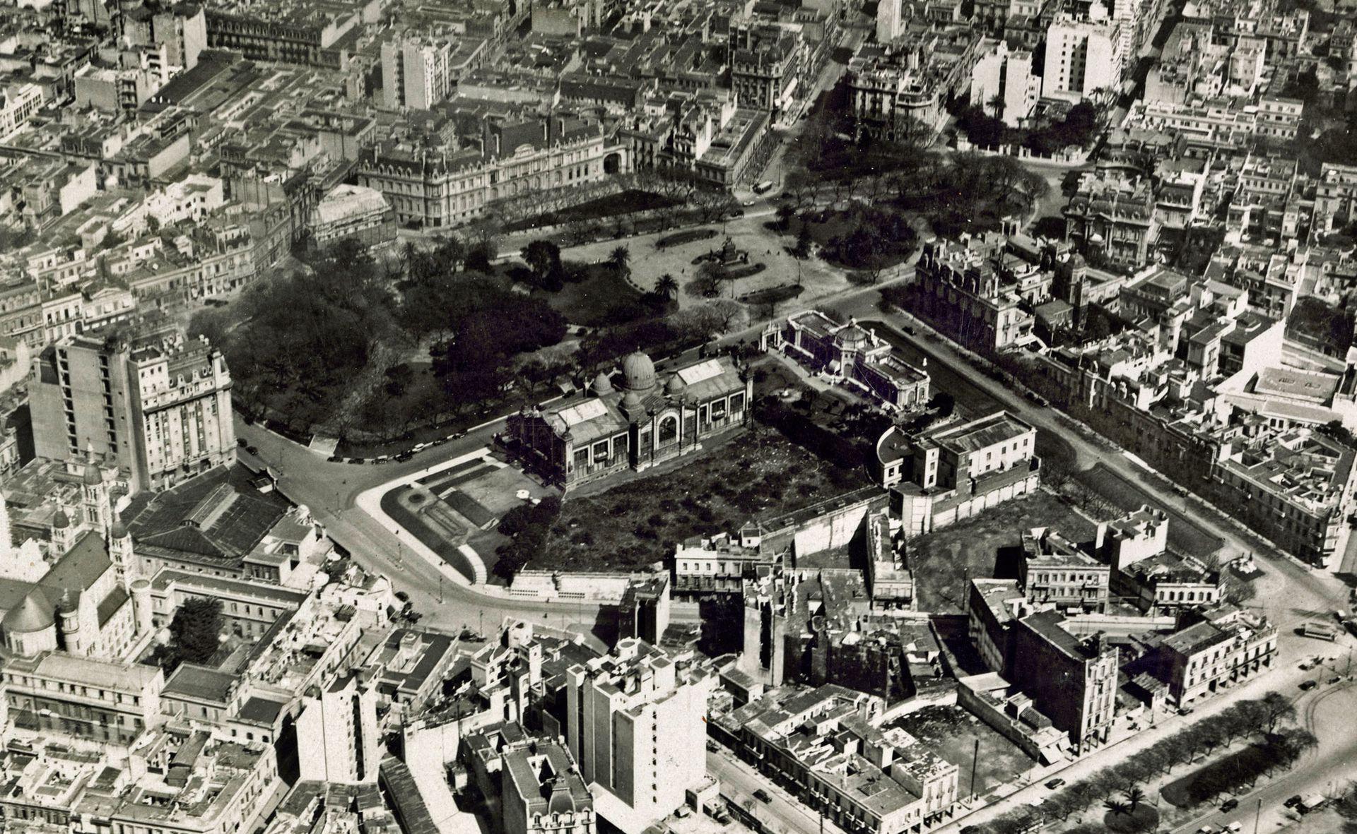 Vista aérea de la plaza San Martín y el Pabellón Argentino. Circa 1929.