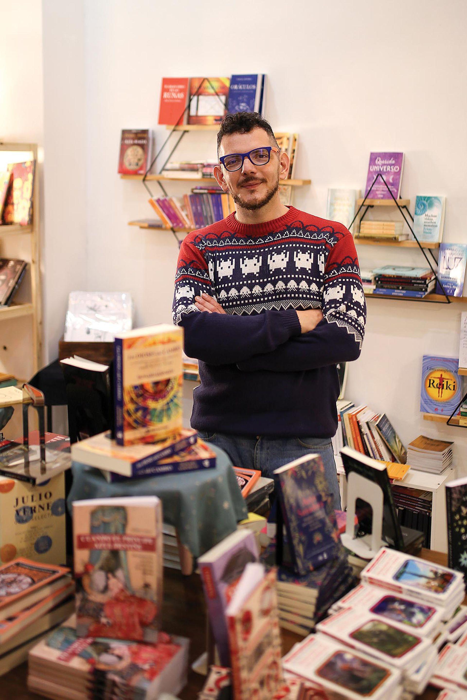 """SebastiÁn (40). Librería: Magia Libros, Palermo. ¿Qué es lo que más te gusta del oficio? """"Hablar todo el tiempo con gente que lee, eso es hermoso porque te colgás hablando de libros""""."""