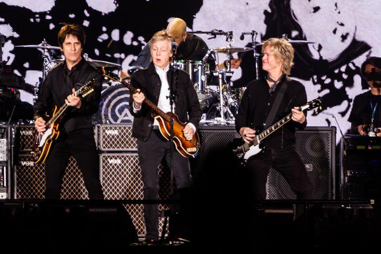 Paul con Rusty Anderson y Brian Ray, los guitarristas de la banda que lo acompaña hace ya muchos años