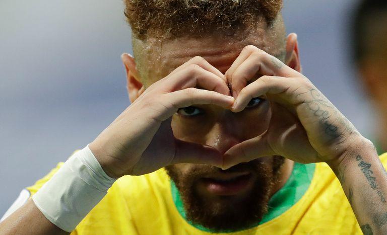 Neymar celebra tras anotar el segundo gol de Brasil en la victoria 3-0 ante Venezuela