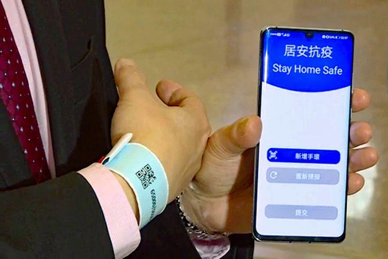 Con una pulsera y una aplicación, Hong Kong puso en cuarentena a todas las personas que llegaron a su aeropuerto, pero algunos no pudieron activar el sistema, que requiere de un link de descarga y un código SMS