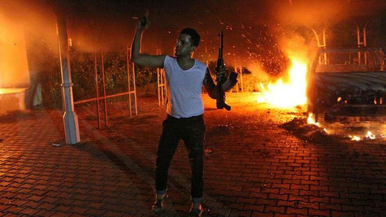 El consulado estadounidense en Benghazi quedó envuelto en llamas después del ataque donde murió el embajador de EE.UU., Christopher Stevens