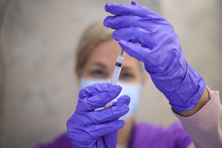 Las vacunas para el Covid-19 desarrolladas por Pfizer/BioNTech y Moderna redujeron el riesgo de infección en un 80% dos semanas o más después de la primera de las dos inyecciones