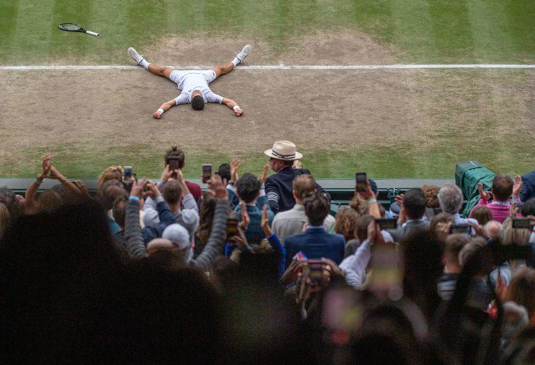 La celbración del serbio Novak Djokovic, campeón de Wimbledon, tras vencer al italiano Matteo Berrettini en el Centre Court del All England.