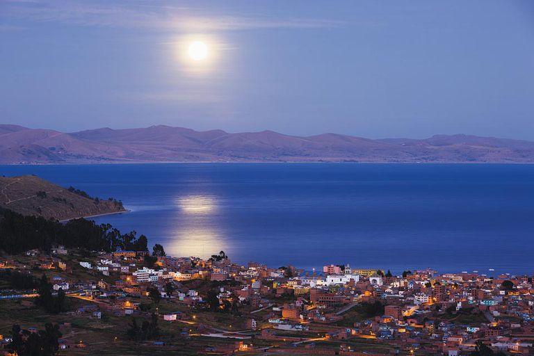 Nocturna. Vista de la ciudad de Copacabana, a cuyos pies se extiende el Titicaca