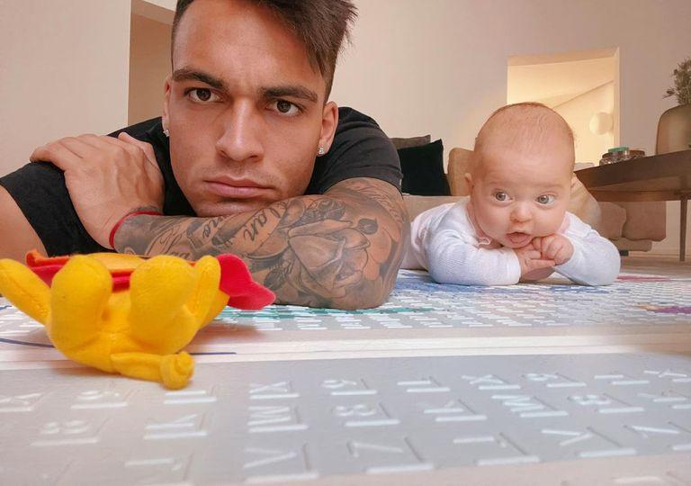 Lautaro Martínez y Nina, su hija, protagonistas de una selfie en la casa familiar de Milán.