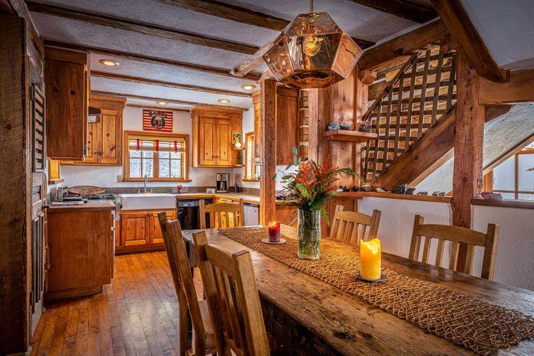 Decoradas con buen gusto, las cabañas están llenas de artefactos y muebles únicos. Las ventanas ofrecen magníficas vistas de las montañas y los bosques circundantes.