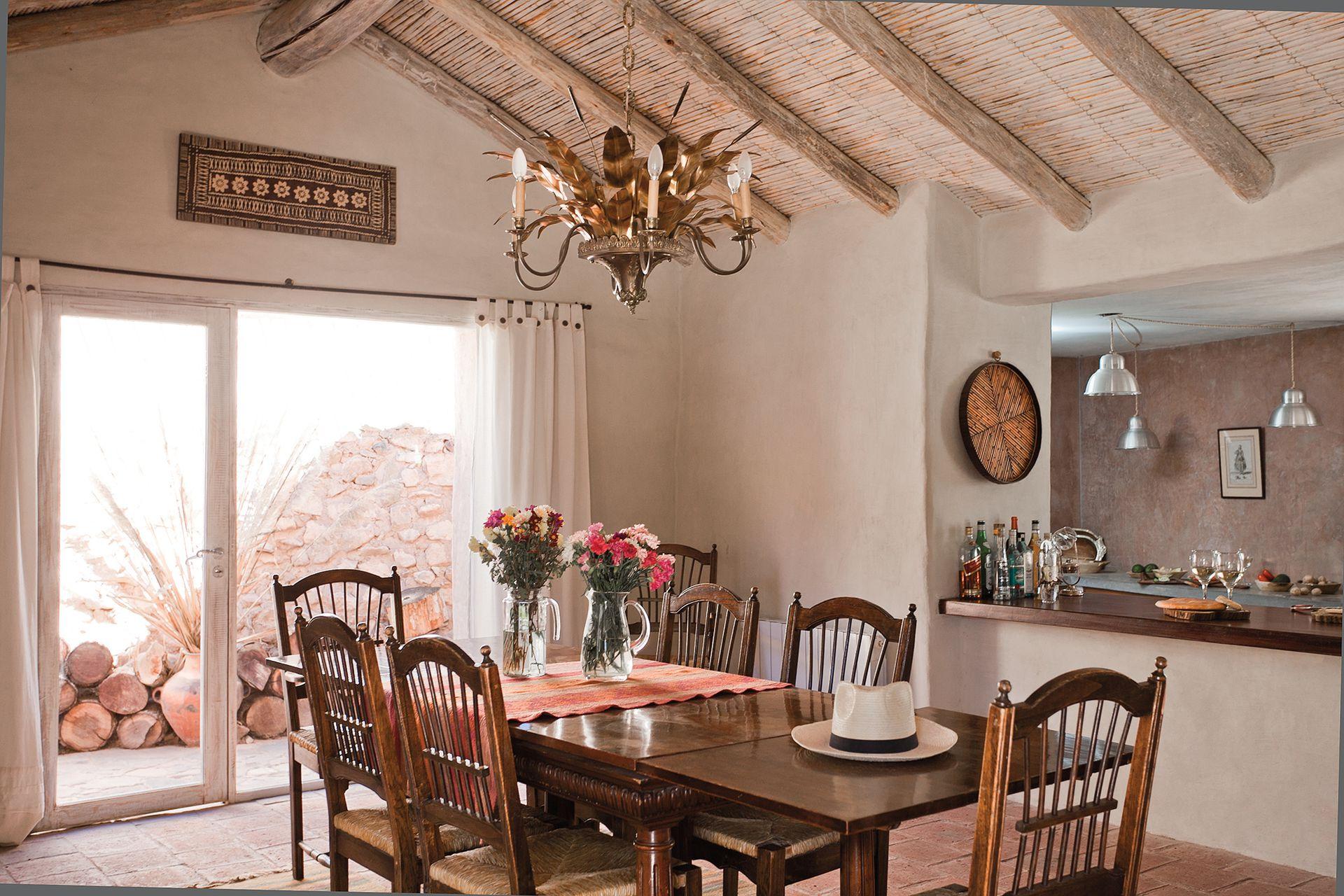 A Julio le tocó el comedor, y eligió una mesa que había sido de sus padres, un juego de sillas (Mercado de Pulgas de Dorrego) y una araña comprada en un remate (Breuer Moreno).