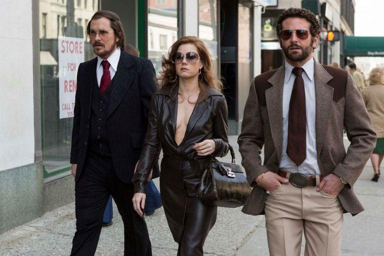 Christian Bale, Amy Adams y Bradley Cooper en Escándalo americano