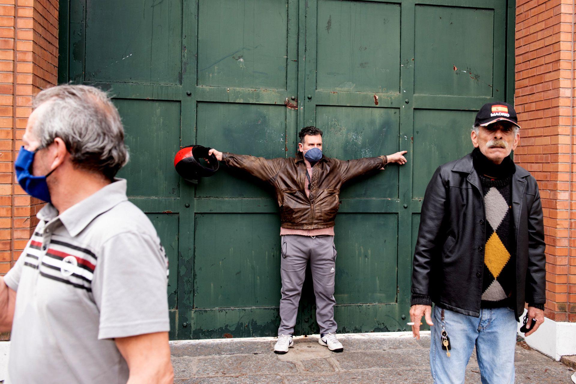 Un hombre se interpone en una puerta de la residencia de Olivos mientras se desarrolla la protesta policial