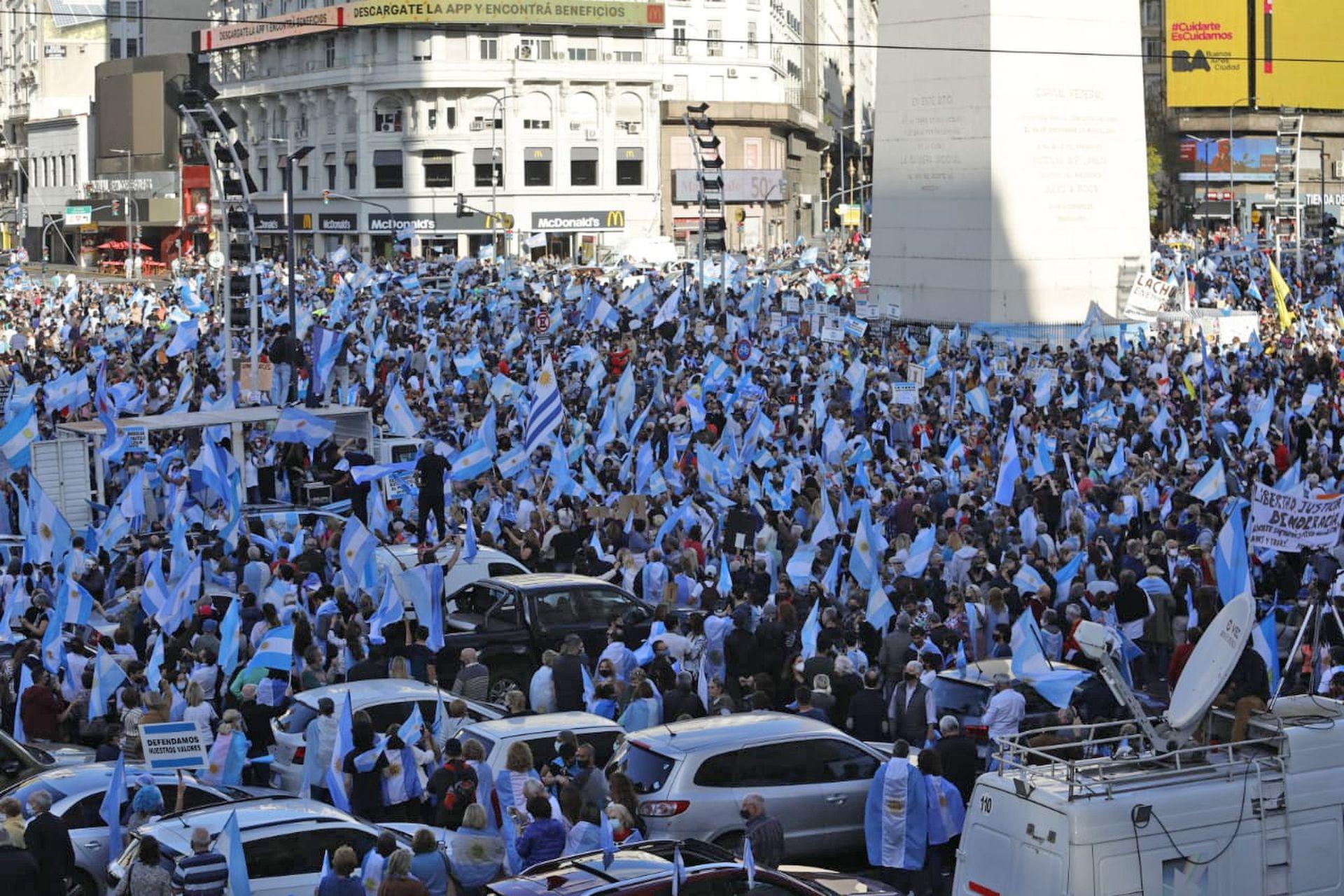 La zona del Obelisco se llenó de banderas antes de las 17, la hora de la convocatoria
