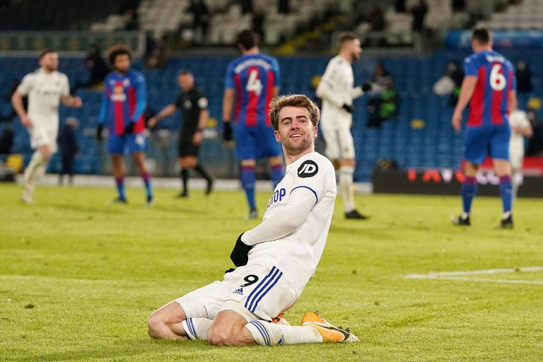 Bamford, goleador de Leeds, festeja el 2-0 sobre Crystal Palace