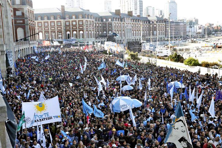 Movilización en Mar del Plata por el acto de cierre de campaña del Frente de Todos