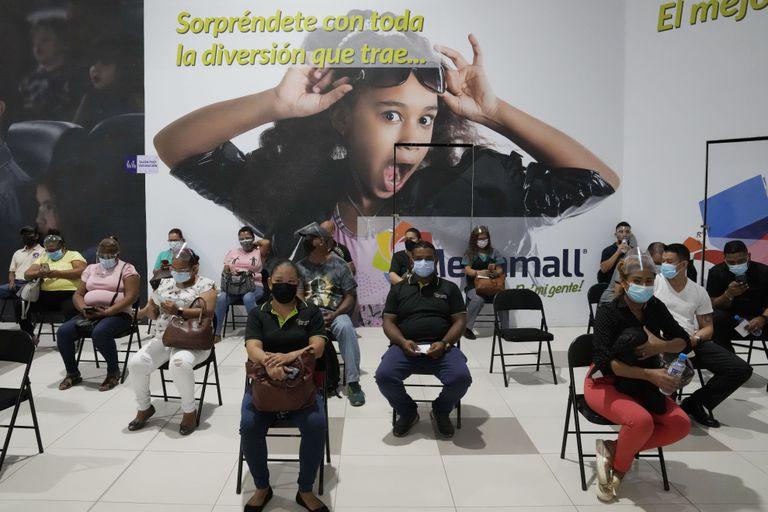 Los vacunados quedan en observación después de recibir inyecciones de AstraZeneca para el Covid-19 en un centro comercial en las afueras de la ciudad de Panamá, el miércoles 9 de junio de 2021