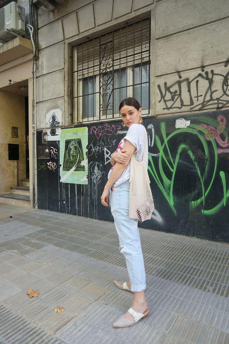 Remera: Estateatenta Eco Bag: Noseda Calzado Zapatos: Julieta Erdocia Accesorios:Les Nereides Paris