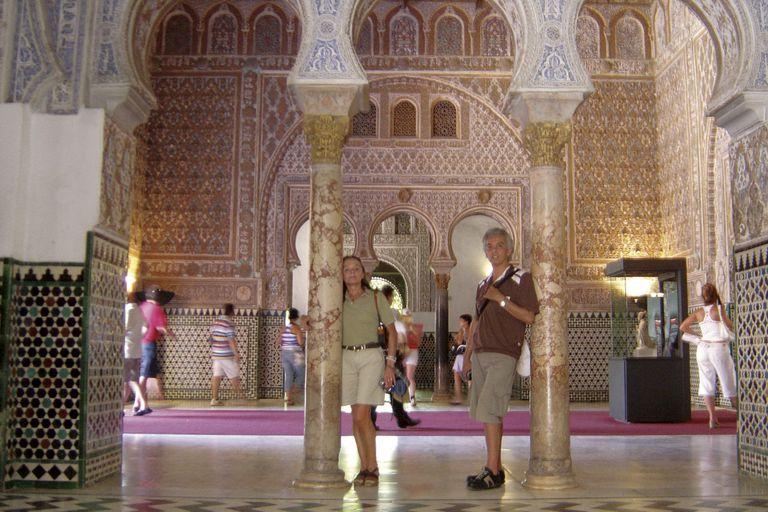 """En el verano de 2006 pasearon por Sevilla. """"Nos encantaba viajar, ir a comer a restaurantes, probar comidas exóticas orientales"""", cuenta él. En la foto se los ve en el Real Alcázar de la capital andaluza."""