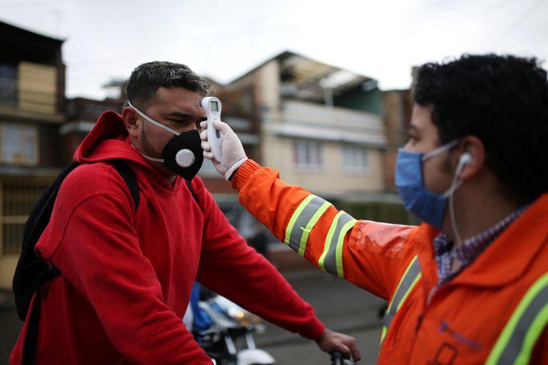 Se toma la temperatura a los empleados de la construcción en Bogotá, Colombia