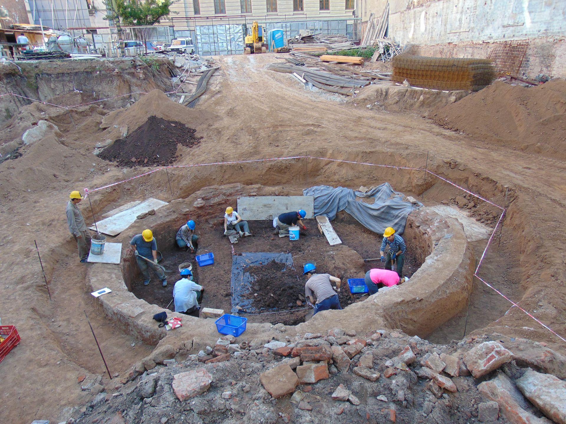 La cisterna mide unos 7 metros de diámetro, con paredes de 55 centímetros y tiene una capacidad de 220 mil litros de agua.