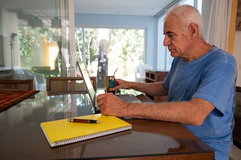 Rubén Olveira sigue trabajando a distancia, desde la costa argentina, con su empresa en Paraguay