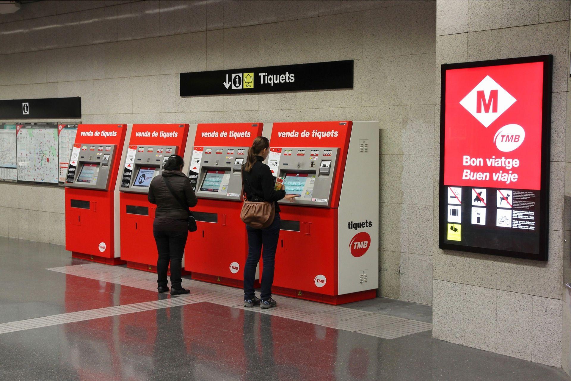 El metro es la mejor alternativa para trasladarse por la ciudad, incluso desde el aeropuerto, por pocos euros