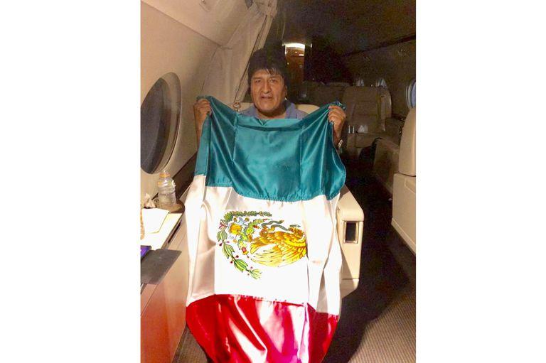 Evo Morales posó con la bandera de México dentro del avión