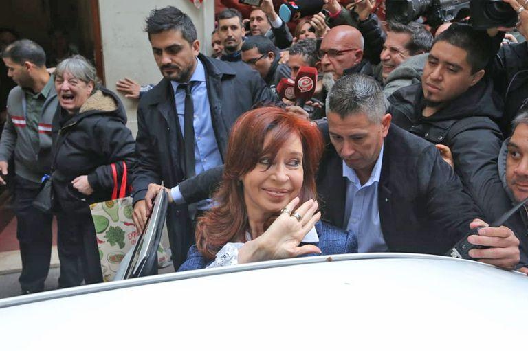 Cristina al salir de su domicilio rumbo a Comodoro Py