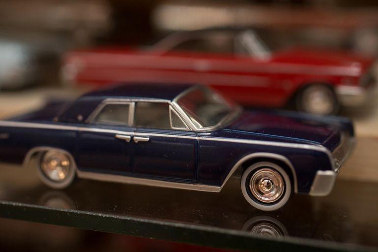 """Imagen de un Lincoln del año 62', de su colección favorita: los Johnny Lightning. """"Este modelo fue el auto presidencial. En uno de esos convertibles mataron a John F. Kennedy"""", cuenta."""