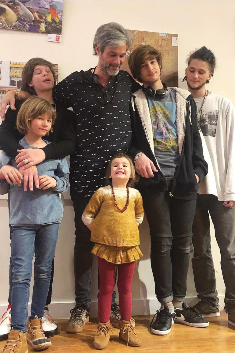 En una de las últimas muestras fotográficas de Camisani, posan todos juntos: Milo, Suria, Indra, Salvador y Valentino.
